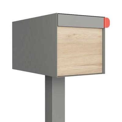 szara, metaliczna stojąca skrzynka na listy